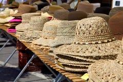 Soporte del sombrero en el mercado Imágenes de archivo libres de regalías