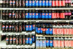 Soporte del supermercado de Pepsi y de Coca Cola Soda Drinks On Foto de archivo libre de regalías