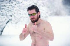 Soporte desnudo del hombre en el bosque del invierno Foto de archivo libre de regalías