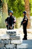 Soporte egipcio de los oficiales de policía en los posts Foto de archivo libre de regalías