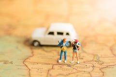 soporte en un mapa del mundo, viaje del backpacker en coche El usar como concepto del viaje de negocios Imágenes de archivo libres de regalías