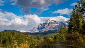 Soporte Fitzwilliam en las montañas rocosas canadienses imagenes de archivo
