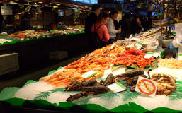 Soporte fresco de los mariscos del mercado de pescados Fotos de archivo libres de regalías