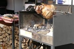 Soporte grande de la barbacoa de Outdoog con la carne asada a la parrilla Imagenes de archivo