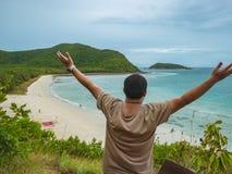 Soporte graso asiático del backpacker en punto de visión encima de la isla con el océano de la playa del idyllice y cielo azul en imágenes de archivo libres de regalías