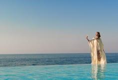 Soporte griego de la mujer del estilo en piscina del infinito Imagenes de archivo