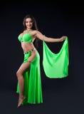 Soporte hermoso de la chica joven en traje árabe verde Fotografía de archivo