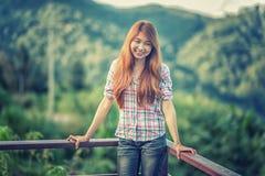 Soporte hermoso de la mujer joven de Asia en punto de visión imágenes de archivo libres de regalías