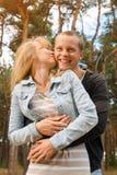 Soporte joven de los pares que abraza en el bosque Fotos de archivo libres de regalías