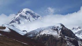 Soporte Kazbek entre las nubes