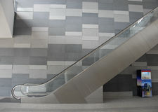 Soporte moderno de la escalera móvil y de concesión Fotografía de archivo