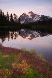 Soporte Mt Cascadas del norte del lago picture del alto pico de Shuskan Fotos de archivo libres de regalías