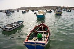 Soporte multicolor de muchos barcos en puerto deportivo Imagen de archivo
