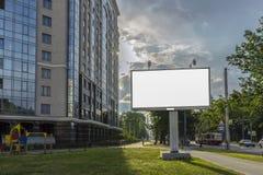Soporte para hacer publicidad, el panel de la cartelera que pasa por alto la calle de la ciudad, espacio en blanco de la maqueta imagenes de archivo