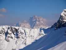 Soporte Pelmo sobre un canto nevoso Foto de archivo libre de regalías