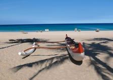 Soporte rojo y blanco en una playa hawaiana Imagen de archivo libre de regalías
