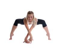 Soporte rubio joven de la mujer en actitud de la yoga de la araña Imagenes de archivo