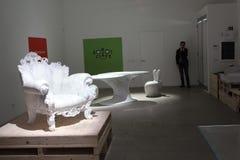 Soporte sólido del diseño de los sentidos durante Milan Design Week Imagen de archivo libre de regalías
