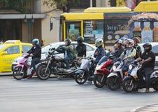 Soporte tailandés de los motoristas en los semáforos Fotos de archivo