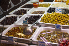 Soporte verde oliva en el mercado de Boqueria en Barcelona fotografía de archivo libre de regalías