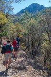 Soporte Wrightson/USA - 11 de mayo de 2013: Grupo de caminantes en pista que camina rocosa imagenes de archivo