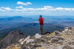 Soporte Wrightson/USA - 11 de mayo de 2013: un fotógrafo encima de la montaña imagenes de archivo