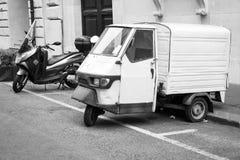 Soportes blancos de Van del MONO 50 de Piaggio parqueados Imagen de archivo