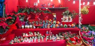 Soportes con los regalos de la Navidad Fotos de archivo libres de regalías