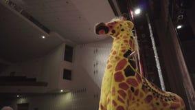 Soportes de Toy Giraffe que balancean en la etapa de teatro almacen de video