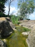 Soportes del agua entre las piedras grandes Río de Dnepr fotos de archivo