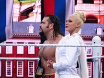 Soportes del luchador Rusev y de Lana de WWE en el anillo que detiene a campeones de los E.E.U.U. Fotos de archivo