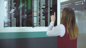 Soportes hermosos de la muchacha y vuelo bien escogido en el fondo del marcador borroso con el aviso metrajes