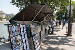 Soportes a lo largo del río el Sena imagenes de archivo