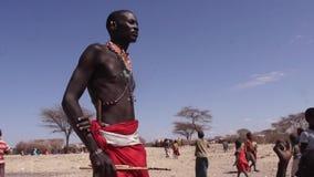 Soportes orgullosos del miembro de una tribu de Samburu metrajes