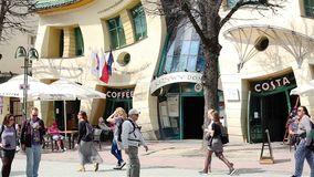 Sopot, Πολωνία - 20 Απριλίου 2018: Στριμμένος λίγο σπίτι στίλβωση: Krzywy Domek απόθεμα βίντεο