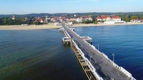 Sopot-Erholungsort, Polen Hölzerner Pier mit Jachthafen Luftvideo stock video footage