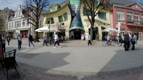 Sopot Polen - April 20, 2018: Krokigt litet huspolermedel: Krzywy Domek stock video