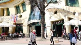 Sopot Polen - April 20, 2018: Krokigt litet huspolermedel: Krzywy Domek arkivfilmer