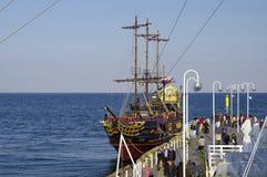 SOPOT, POLSKA: WRZESIEŃ 30, 2017: Pirata galeon dokujący przy drewnianym molem w Sopocie To jest kopia galeon i jest my zdjęcia royalty free