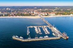 Sopot semesterort i Polen med pir, marinayachter, skeppet och stranden Arkivfoto