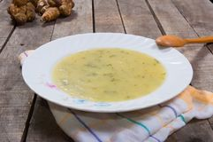 Soppa av den Jerusalem kronärtskockan i platta arkivbilder