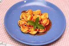 Soppa av tomater med tortellinien Arkivfoton