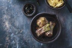 Soppa för grisköttstöd med örter eller bak kut, singaporean och malaysian kokkonst, kopieringsutrymme arkivfoton