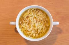 Soppa för nötköttbuljong med pasta Arkivfoto