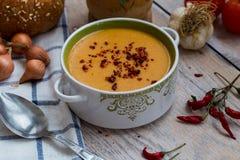 Soppa för röd lins med grönsaker på träbakgrunden Fotografering för Bildbyråer