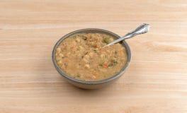 Soppa för vit böna i en bunke med en sked Royaltyfria Foton