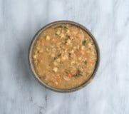 Soppa för vit böna i en bunke på en marmortabell Arkivfoton