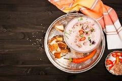 Soppa från skaldjur: bläckfisk räka, musslor, tioarmad bläckfisk Top beskådar Arkivfoto