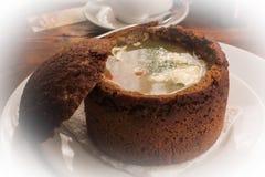 Soppa i brödbunke på den vita plattan arkivfoton