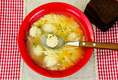 Soppa med fega köttbullar och nudlar Royaltyfri Bild